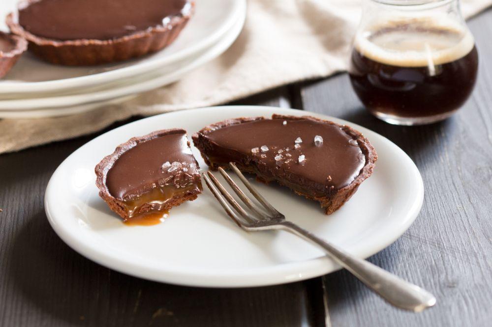 vegan-chocolate-and-salted-caramel-tart-cut-open-1000x666